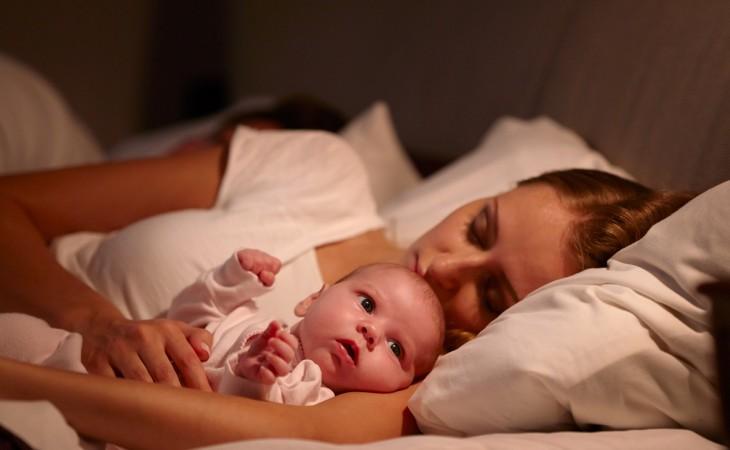 שינה במיטת הורים